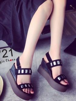 รองเท้าส้นเตารีดสีดำ งานเกร๋ๆจากN21 พื้นโฟมนิ่ม สูง3.5นิ้ว พร้อมสายรัดส้นกระชับ คล่องตัวไม่ต้องกลัวหลุด