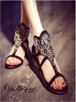 รองเท้าส้นเตี้ยสีดำ งานคริสตัสอลังกาล สะดุดทุกสายตา สายคาดหน้าแต่งผ้าลายถักเปียประดับเพชร ขอย้ำว่าสวยมาก สายรัดข้อยางยืด พื้นนิ่ม หนา 1 นิ้ว