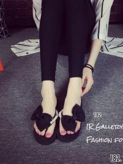 รองเท้าแตะผู้หญิงสีดำ แบบคีบ แต่งโบว์ประดับมุก (สีดำ )