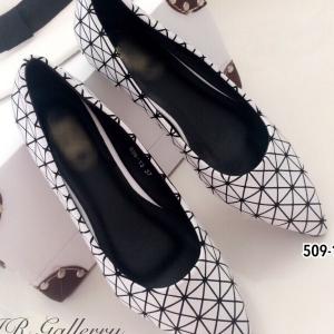 รองเท้าคัทชู ส้นแบน หัวแหลม สไตล์Issey Miyake (สีขาว )