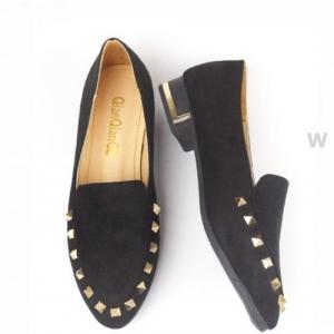 รองเท้าคัทชูสีดำ เสริมส้น ประดับหมุดทองหรู สไตล์Valentino หนังกำมะหยี่พรีเมียม ตอกหมุดอะไหล่สีทอง