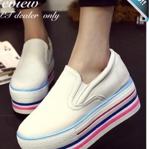 รองเท้าผ้าใบส้นตึกสีขาว หนังPU พื้นตกแต่งแถบสี เหมากับวัยรุ่น ทรงทันสมัย แฟชั่นเกาหลี แฟชั่นพร้อมส่ง