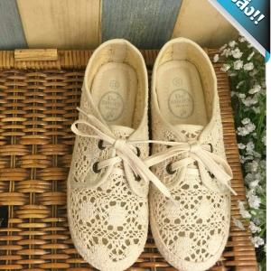 รองเท้าคัทชูผู้หญิงสีครีม ส้นประดับเชือกจากแบรนด์De'house ที่ทำจากเนื้อลูกไม้อย่างดี