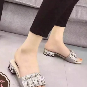 รองเท้าส้นเตี้ยสีเทา เสริมส้นโลหะ สีเงิน ผ้าซาติน แต่งเพรชขนาด 1-1.5cm เม็ดใหญมาก รวม 36 เม็ด สุดอลัง สินค้านำเข้า แบบสวยมาก งานดี เกรดA