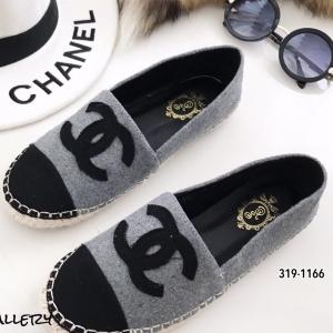 รองเท้าผ้าใบผู้หญิง ผ้าสักหลาดตัดสีทูโทน Style Chanel (สีเทา )