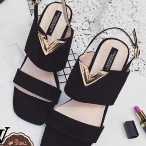 รองเท้าส้นสูงาีดำ งานหัวตัดเท่ห์ ส้นตันทรงกลมแขงแรง เกร๋ๆ ไม่ซ้ำใคร ด้านหน้าแต่งอักษร V ด้วยอะไหล่ทอง ดูโดดเด่น สูง 3.5 นิ้ว