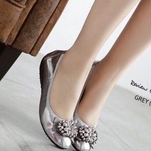 รองเท้าคัทชูสีเงิน งานขายดี ส้นสูง1นิ้ว ทำจากผ้าเมทัคลิคใส่แล้วขับผิวสุดๆ ขอบเป็นผ้ายางยืด ยืดหยึ่นตามเท้า แบบเรียบๆใส่ได้เรื่อยๆค่ะ