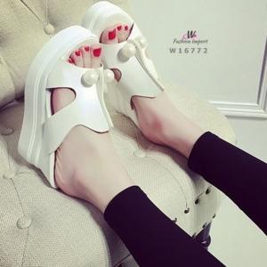 รองเท้าส้นตึกสีขาว หนังพียูเกรดเอประดับมุกติดเพชรด้านหน้า ตัวนี้เว้าข้างเพิ่มความสบายเเละเกร๋ๆๆ