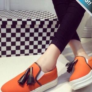 รองเท้าผ้าใบผู้หญิงสีส้ม ส้นตึก ทรงVAN แต่งภู่ระบาย นุ่มสบายเท้า ทรงทันสมัย แฟชั่นเกาหลี แฟชั่นพร้อมส่ง