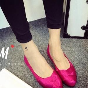 รองเท้าคัชชูสีชมพู ส้นเตี้ย งานน่ารักๆจากH&M ทรงบัลเล่ห์ น่ารักใสๆ สีสันสดใสโดดเด่น ผ้าไหมซาตินเงาอย่างดี ทรงสวย