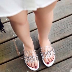 รองเท้าส้นเตารีดสีขาว ทรงสวม ส้น PU หน้าพาสติกใส่นิ่มมาก ตกแต่งด้วยคริสตัล สูง2นิ้ว