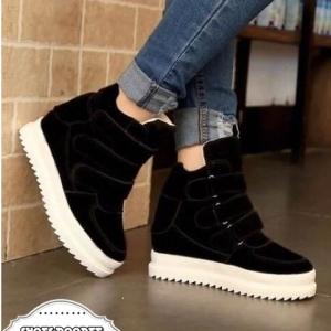 รองเท้าผ้าใบสีดำ วัสดุทำจากผ้าสักหราจ พื้นหนาสูง1นิ้ว แบบสวยเหมือนรูป สวมใส่ง่ายด้วยเมจิกเทป