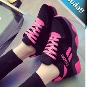 รองเท้าผ้าใบผู้หญิงสีชมพู แฟชั่นลำลอง สีทูโทนสดใส ตัดกันเด่นมาก ทรงหุ้มข้อเล็กน้อย สวมใส่กระชับ