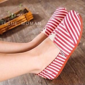 รองเท้าผ้าใบผู้หญิงสีแดง ทรงTOMS ลายทางฮอตฮิตอมตะ พื้นยางกันลื่น