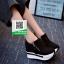 รองเท้าผ้าใบเสริมส้นสีดำ ทรงมัฟฟิน ดีไซน์เท่ๆ (สีดำ ) thumbnail 2
