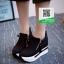 รองเท้าผ้าใบเสริมส้นสีดำ ทรงมัฟฟิน ดีไซน์เท่ๆ (สีดำ ) thumbnail 3