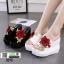 รองเท้าแตะลำลองมัฟฟิน ส้นเตารีด แต่งดอกกุหลาบ 0370-WHITE [สีขาว] thumbnail 4