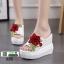 รองเท้าแตะลำลองมัฟฟิน ส้นเตารีด แต่งดอกกุหลาบ 0370-WHITE [สีขาว] thumbnail 1