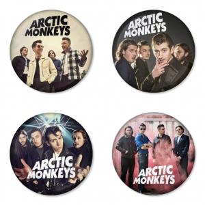 ของที่ระลึกวง Arctic Monkeys เลือกด้านหลังได้ 4 แบบ เข็มกลัด, แม่เหล็ก, กระจกพกพา หรือ พวงกุญแจที่เปิดขวด 1 แพ็ค 4 ชิ้น [9]