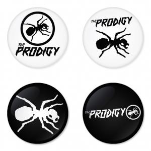 ของที่ระลึกวง The Prodigy เลือกด้านหลังได้ 4 แบบ เข็มกลัด, แม่เหล็ก, กระจกพกพา หรือ พวงกุญแจที่เปิดขวด 1 แพ็ค 4 ชิ้น [6]
