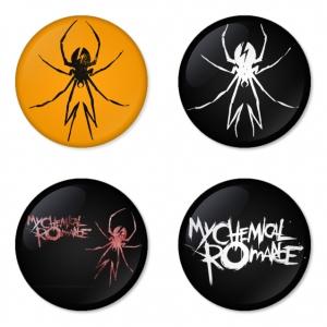 ของที่ระลึกวง My Chemical Romance เลือกด้านหลังได้ 4 แบบ เข็มกลัด, แม่เหล็ก, กระจกพกพา หรือ พวงกุญแจที่เปิดขวด 1 แพ็ค 4 ชิ้น [10]