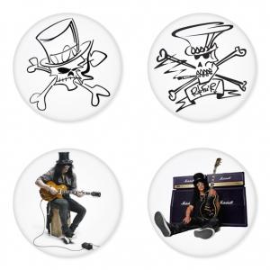 ของที่ระลึกวง Slash เลือกด้านหลังได้ 4 แบบ เข็มกลัด, แม่เหล็ก, กระจกพกพา หรือ พวงกุญแจที่เปิดขวด 1 แพ็ค 4 ชิ้น [1]