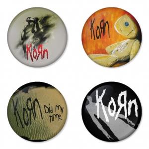 ของที่ระลึกวง Korn เลือกด้านหลังได้ 4 แบบ เข็มกลัด, แม่เหล็ก, กระจกพกพา หรือ พวงกุญแจที่เปิดขวด 1 แพ็ค 4 ชิ้น [7]