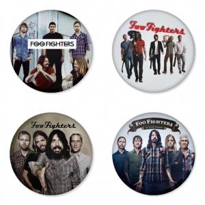 ของที่ระลึกวง Foo Fighters เลือกด้านหลังได้ 4 แบบ เข็มกลัด, แม่เหล็ก, กระจกพกพา หรือ พวงกุญแจที่เปิดขวด 1 แพ็ค 4 ชิ้น [8]