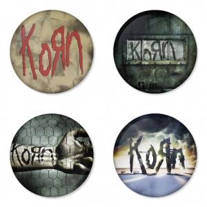 ของที่ระลึกวง Korn เลือกด้านหลังได้ 4 แบบ เข็มกลัด, แม่เหล็ก, กระจกพกพา หรือ พวงกุญแจที่เปิดขวด 1 แพ็ค 4 ชิ้น [3]