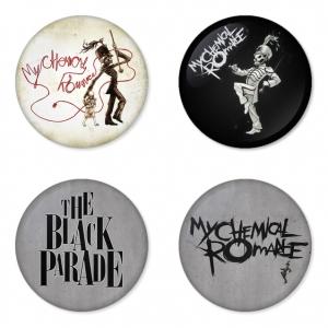 ของที่ระลึกวง My Chemical Romance เลือกด้านหลังได้ 4 แบบ เข็มกลัด, แม่เหล็ก, กระจกพกพา หรือ พวงกุญแจที่เปิดขวด 1 แพ็ค 4 ชิ้น [11]