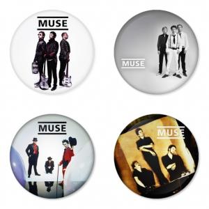 ของที่ระลึกวง Muse เลือกด้านหลังได้ 4 แบบ เข็มกลัด, แม่เหล็ก, กระจกพกพา หรือ พวงกุญแจที่เปิดขวด 1 แพ็ค 4 ชิ้น [6]