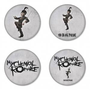 ของที่ระลึกวง My Chemical Romance เลือกด้านหลังได้ 4 แบบ เข็มกลัด, แม่เหล็ก, กระจกพกพา หรือ พวงกุญแจที่เปิดขวด 1 แพ็ค 4 ชิ้น [5]