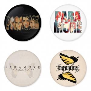 ของที่ระลึกวง Paramore เลือกด้านหลังได้ 4 แบบ เข็มกลัด, แม่เหล็ก, กระจกพกพา หรือ พวงกุญแจที่เปิดขวด 1 แพ็ค 4 ชิ้น [6]