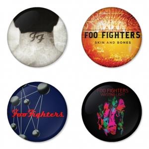 ของที่ระลึกวง Foo Fighters เลือกด้านหลังได้ 4 แบบ เข็มกลัด, แม่เหล็ก, กระจกพกพา หรือ พวงกุญแจที่เปิดขวด 1 แพ็ค 4 ชิ้น [3]