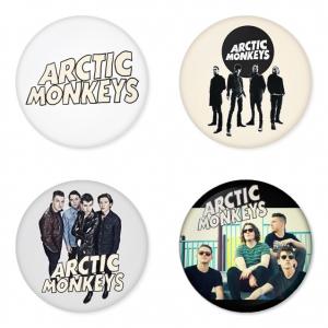 ของที่ระลึกวง Arctic Monkeys เลือกด้านหลังได้ 4 แบบ เข็มกลัด, แม่เหล็ก, กระจกพกพา หรือ พวงกุญแจที่เปิดขวด 1 แพ็ค 4 ชิ้น [10]
