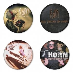 ของที่ระลึกวง Korn เลือกด้านหลังได้ 4 แบบ เข็มกลัด, แม่เหล็ก, กระจกพกพา หรือ พวงกุญแจที่เปิดขวด 1 แพ็ค 4 ชิ้น [6]