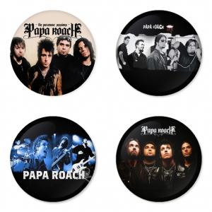 ของที่ระลึกวง Papa Roach เลือกด้านหลังได้ 4 แบบ เข็มกลัด, แม่เหล็ก, กระจกพกพา หรือ พวงกุญแจที่เปิดขวด 1 แพ็ค 4 ชิ้น [3]