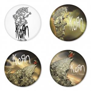 ของที่ระลึกวง Korn เลือกด้านหลังได้ 4 แบบ เข็มกลัด, แม่เหล็ก, กระจกพกพา หรือ พวงกุญแจที่เปิดขวด 1 แพ็ค 4 ชิ้น [2]