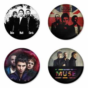 ของที่ระลึกวง Muse เลือกด้านหลังได้ 4 แบบ เข็มกลัด, แม่เหล็ก, กระจกพกพา หรือ พวงกุญแจที่เปิดขวด 1 แพ็ค 4 ชิ้น [7]