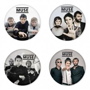 ของที่ระลึกวง Muse เลือกด้านหลังได้ 4 แบบ เข็มกลัด, แม่เหล็ก, กระจกพกพา หรือ พวงกุญแจที่เปิดขวด 1 แพ็ค 4 ชิ้น [5]