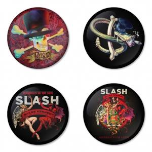 ของที่ระลึกวง Slash เลือกด้านหลังได้ 4 แบบ เข็มกลัด, แม่เหล็ก, กระจกพกพา หรือ พวงกุญแจที่เปิดขวด 1 แพ็ค 4 ชิ้น [3]