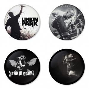 ของที่ระลึกวง Linkin Park เลือกด้านหลังได้ 4 แบบ เข็มกลัด, แม่เหล็ก, กระจกพกพา หรือ พวงกุญแจที่เปิดขวด 1 แพ็ค 4 ชิ้น [14]