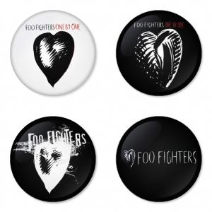 ของที่ระลึกวง Foo Fighters เลือกด้านหลังได้ 4 แบบ เข็มกลัด, แม่เหล็ก, กระจกพกพา หรือ พวงกุญแจที่เปิดขวด 1 แพ็ค 4 ชิ้น [2]