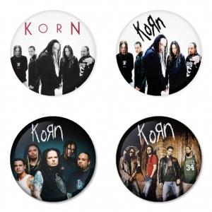 ของที่ระลึกวง Korn เลือกด้านหลังได้ 4 แบบ เข็มกลัด, แม่เหล็ก, กระจกพกพา หรือ พวงกุญแจที่เปิดขวด 1 แพ็ค 4 ชิ้น [1]