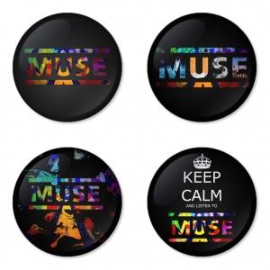 ของที่ระลึกวง Muse เลือกด้านหลังได้ 4 แบบ เข็มกลัด, แม่เหล็ก, กระจกพกพา หรือ พวงกุญแจที่เปิดขวด 1 แพ็ค 4 ชิ้น [3]