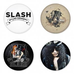 ของที่ระลึกวง Slash เลือกด้านหลังได้ 4 แบบ เข็มกลัด, แม่เหล็ก, กระจกพกพา หรือ พวงกุญแจที่เปิดขวด 1 แพ็ค 4 ชิ้น [6]