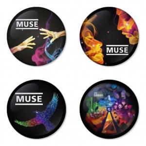 ของที่ระลึกวง Muse เลือกด้านหลังได้ 4 แบบ เข็มกลัด, แม่เหล็ก, กระจกพกพา หรือ พวงกุญแจที่เปิดขวด 1 แพ็ค 4 ชิ้น [12]