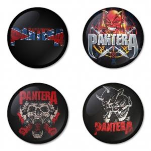 ของที่ระลึกวง Pantera เลือกด้านหลังได้ 4 แบบ เข็มกลัด, แม่เหล็ก, กระจกพกพา หรือ พวงกุญแจที่เปิดขวด 1 แพ็ค 4 ชิ้น [6]