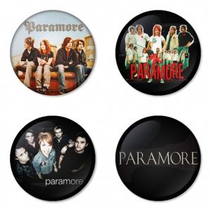 ของที่ระลึกวง Paramore เลือกด้านหลังได้ 4 แบบ เข็มกลัด, แม่เหล็ก, กระจกพกพา หรือ พวงกุญแจที่เปิดขวด 1 แพ็ค 4 ชิ้น [7]