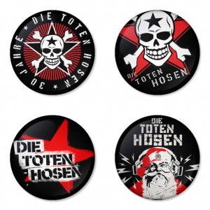 ของที่ระลึกวง Die Toten Hosen เลือกด้านหลังได้ 4 แบบ เข็มกลัด, แม่เหล็ก, กระจกพกพา หรือ พวงกุญแจที่เปิดขวด 1 แพ็ค 4 ชิ้น [8]